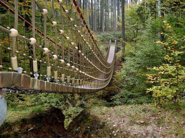 Hängebrücke (Erlebnispfad Binger Wald) nahe Steckeschlääferklamm