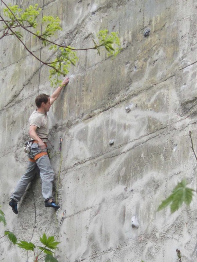 Humboldthain Flakturm Berlin Kletterwand