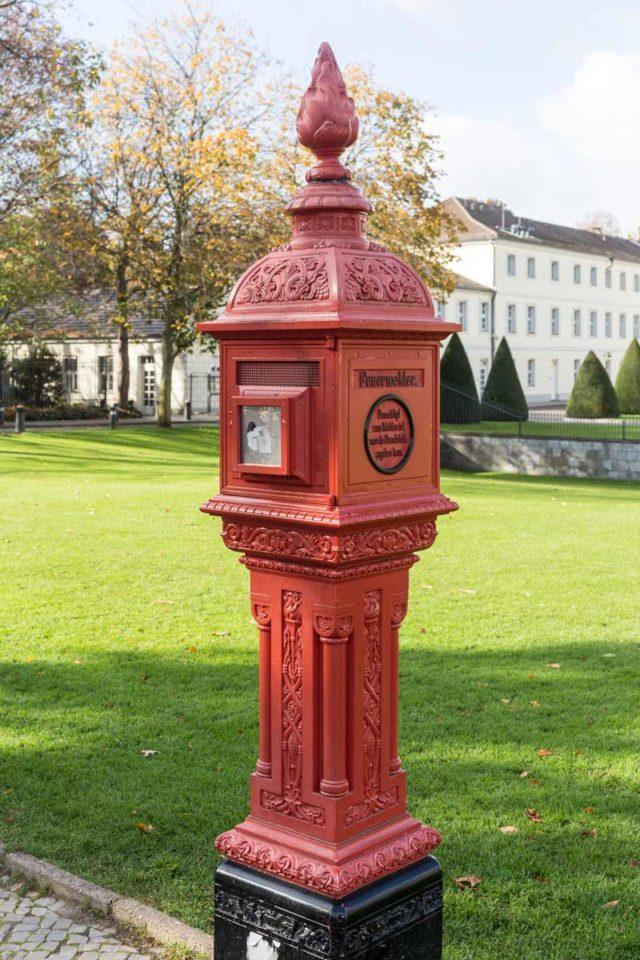 Historischer roter Feuermelder Berlin Schloss Bellevue Tiergarten